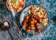 Hähnchen-Teriyaki-Spieße mit Salat im Asia-Style