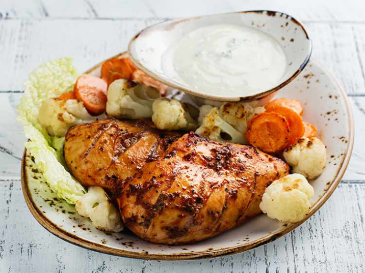 Hähnchenbrust mit Harissa, Gemüse und Tzatziki