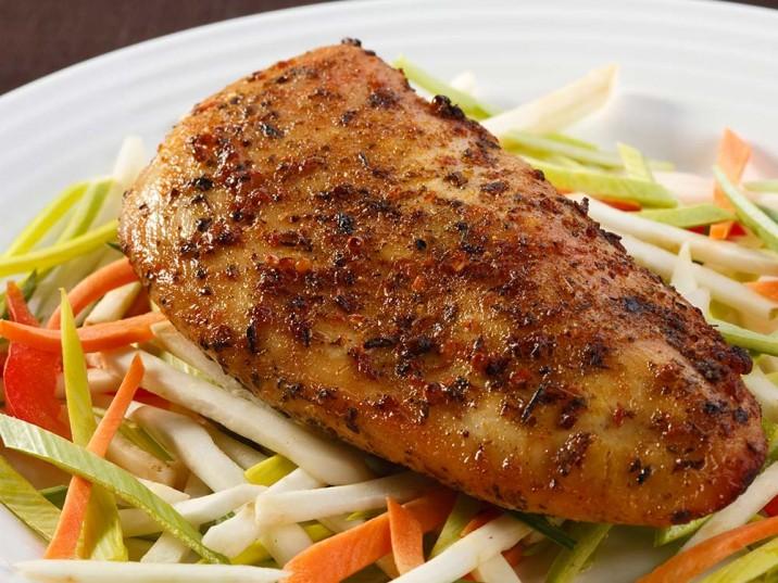 Hähnchenbrust mit Julienne-Gemüse-Salat