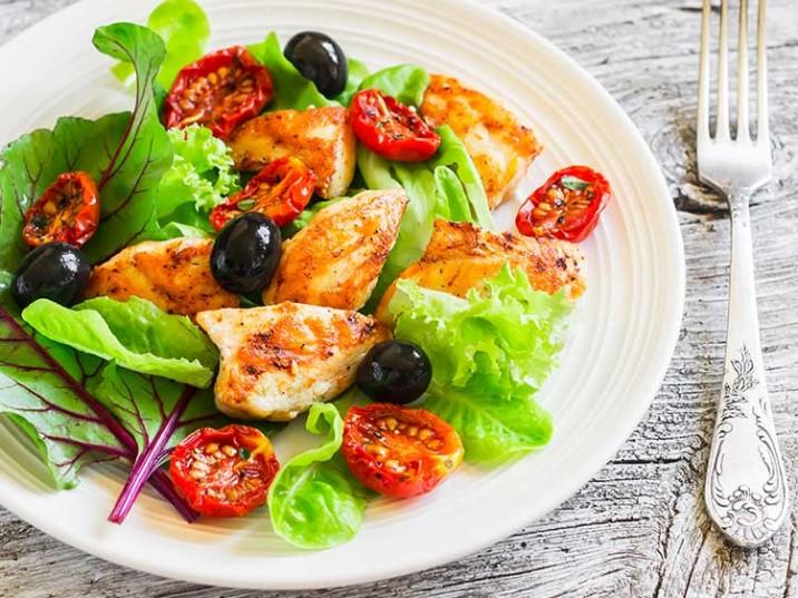 Hähnchenbrust mit Mangold, Tomaten und Oliven