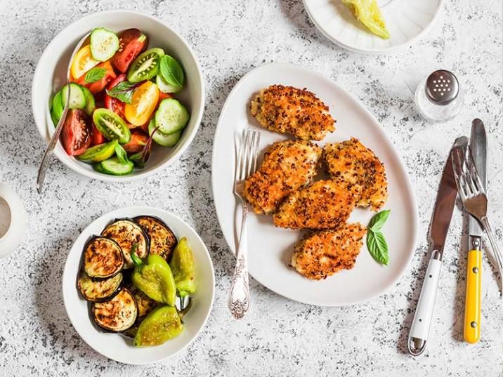 Hähnchenbrust mit Quinoa paniert und gebratenen Gemüse