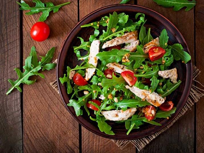 Hähnchenbrust mit Rucola und Tomaten