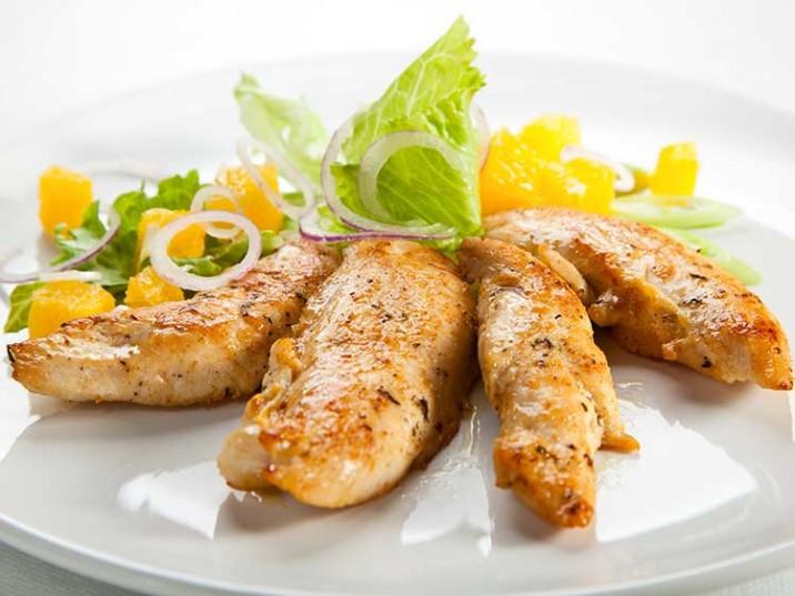Hähnchenbrustfilet mit Orangenfilets und Salat