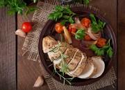 Hähnchenbrustfilet mit Schalotten und Tomaten in Rotweinsauce