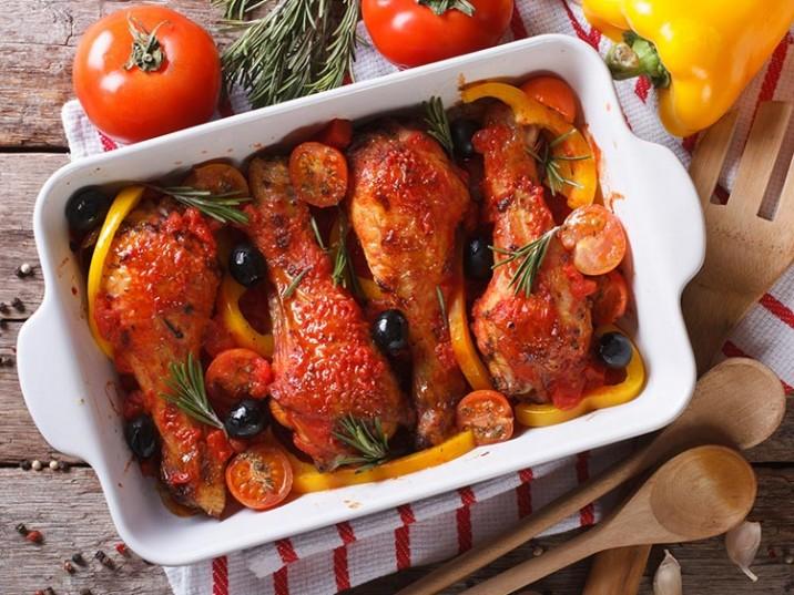 Hähnchenschenkel in Tomatensauce mit Oliven