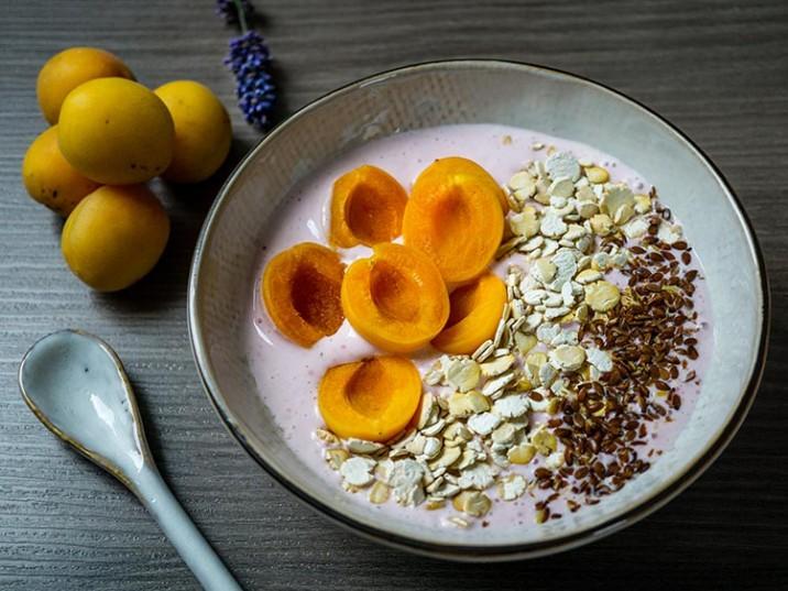 Himbeer-Bowl mit Aprikosen, Soja Flakes und Leinsamen