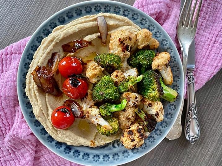 Hummus mit Brokkoli und Blumenkohl