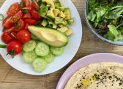 Hummus mit Gemüse und Salat
