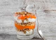 Joghurt mit Low Carb Pfannen-Müsli und Kaki