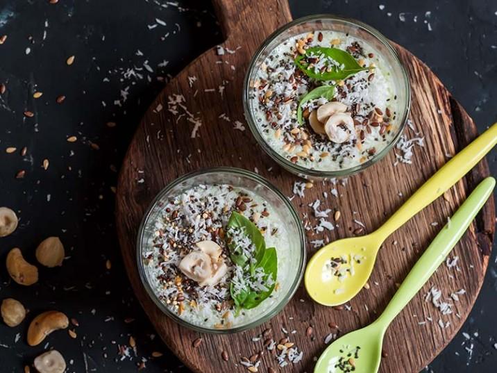 Joghurt mit Superfoods, Kokos und Nüssen