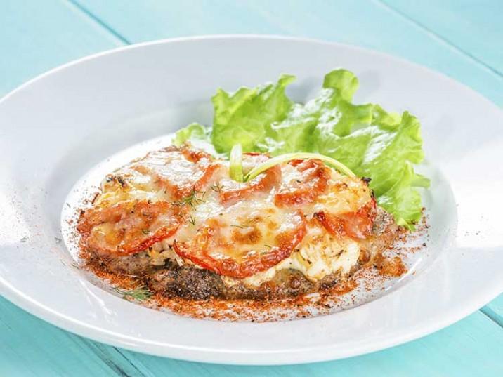Kalbsschnitzel mit Tomaten und Käse überbacken