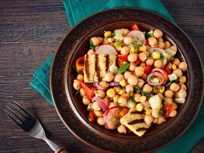 Kichererbsen Salat mit Halloumi