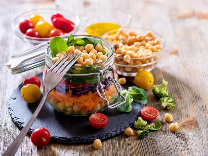Kichererbsen Salat mit Möhren und Tomaten