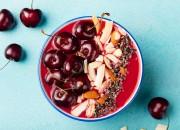 Kirsch-Joghurt Bowl mit Kokos und Kakao Nibs