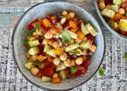 Kleiner bunter Salat mit Kichererbsen