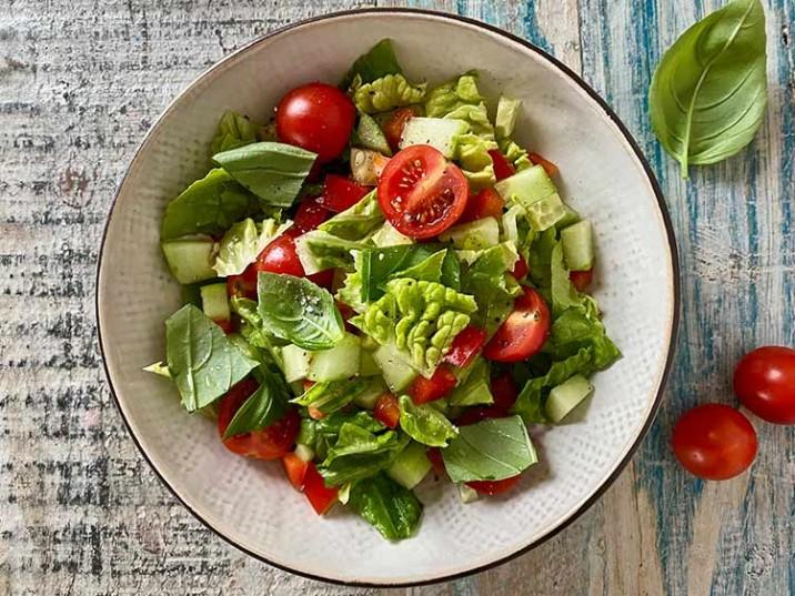 Kleiner Salat mit Tomaten und Gurke