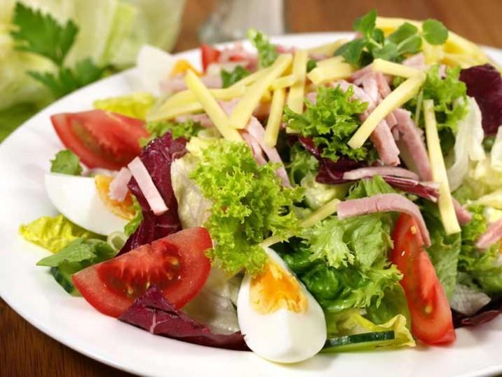 Knackiger Salat mit Schinken und Käse