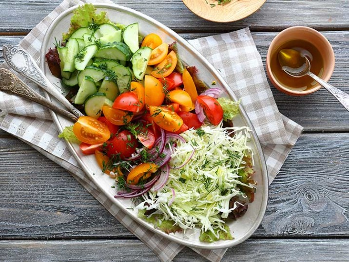 Krautsalat mit Tomaten und Gurke