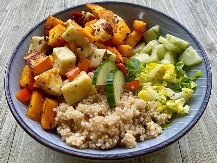 Kürbis Bowl mit Quinoa, Salat und Gurke