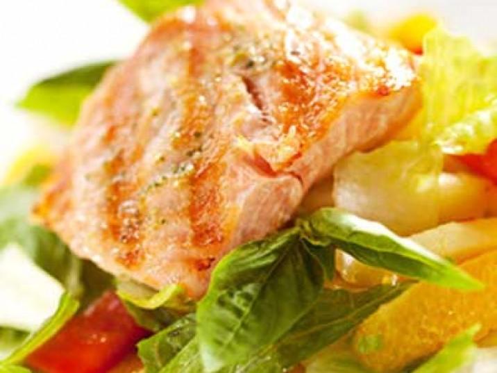 Lachs auf Fruchtsalat