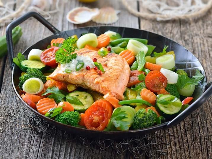 Lachsfilet auf Gemüse