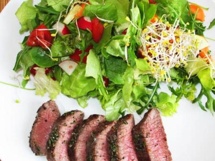Lammlachse an Salat