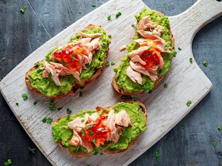 Low Carb Brot mit Avocado und Forelle