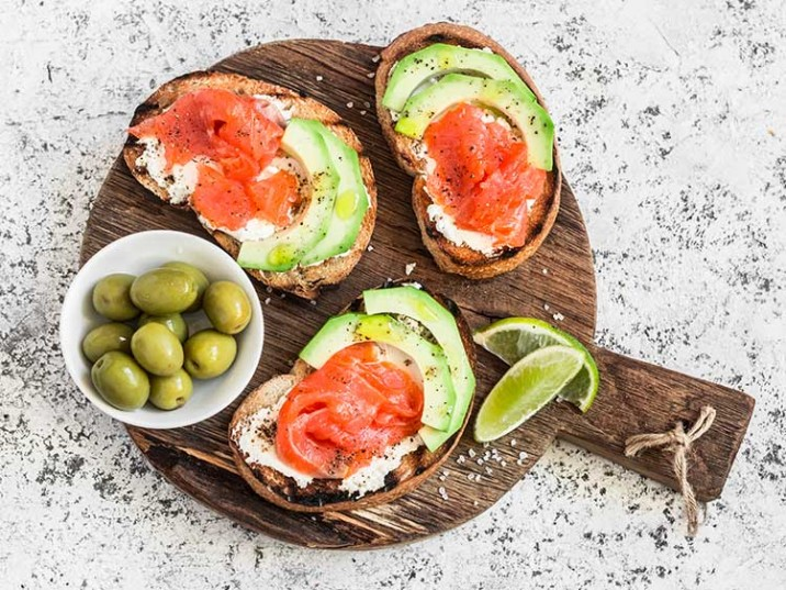 Low Carb Brot mit Lachs und Avocado