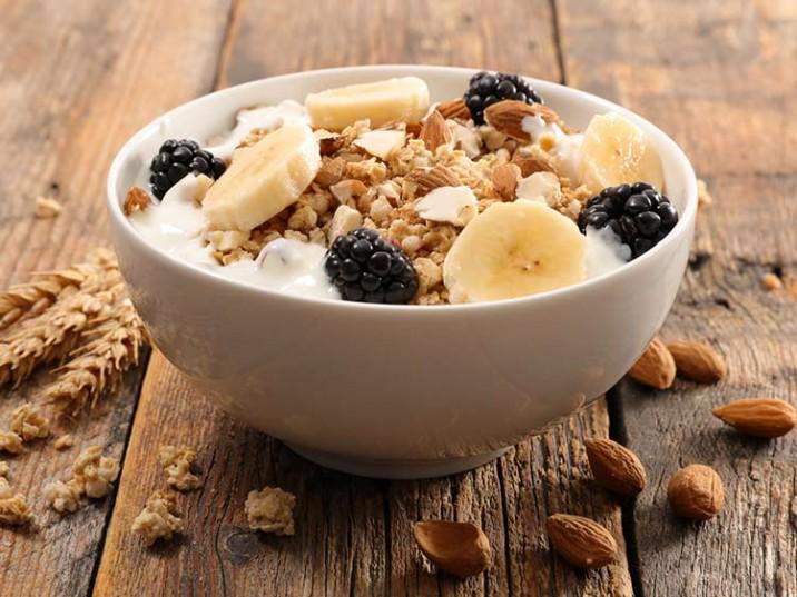 Low Carb Frühstück mit Müsli und Banane