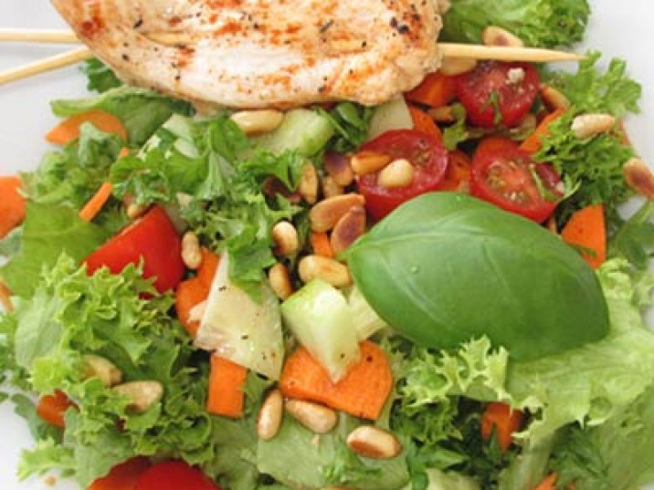 Low Carb Hähnchenspieße auf Salat