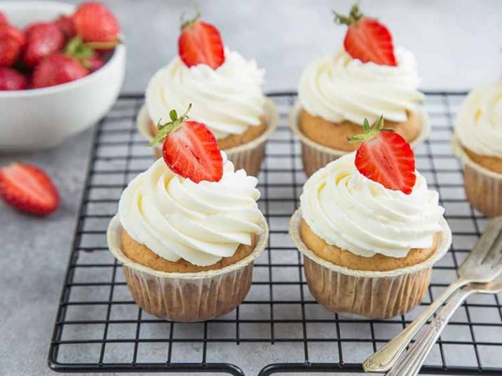 Low Carb Muffins mit frischer Sahne und Erdbeeren