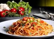 Low Carb Pasta mit scharfer Tomatensoße