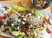 Salat mit Kichererbsen, Zucchini und gebackenen Feigen