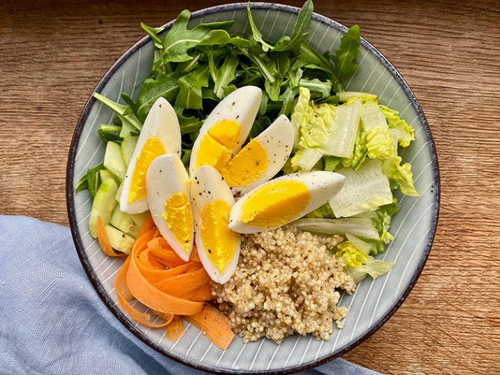 Lunchbowl mit Gemüse und Ei