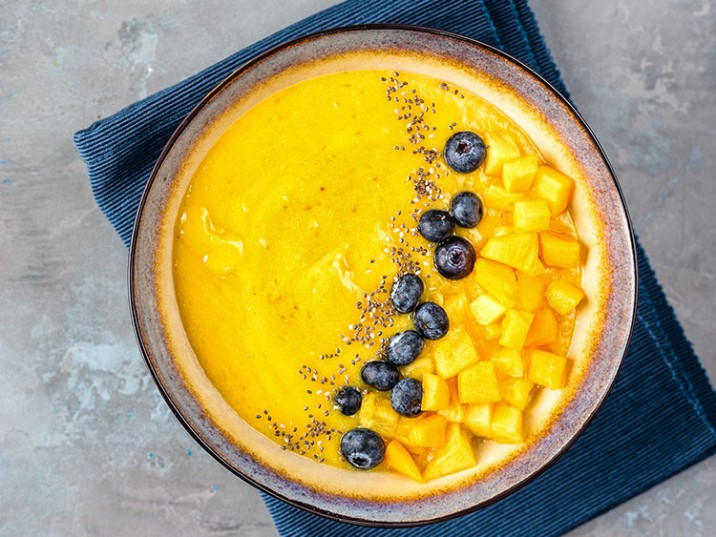 Mango-Kurkuma-Bowl mit Heidelbeeren