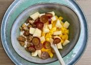 Mango-Trauben-Frühstück mit Joghurt und Maulbeeren