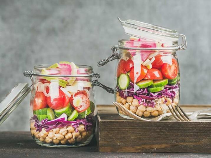 Meal Prep - Salat mit Kichererbsen, Rotkohl, Tomate, Gurke und Bunter Bete