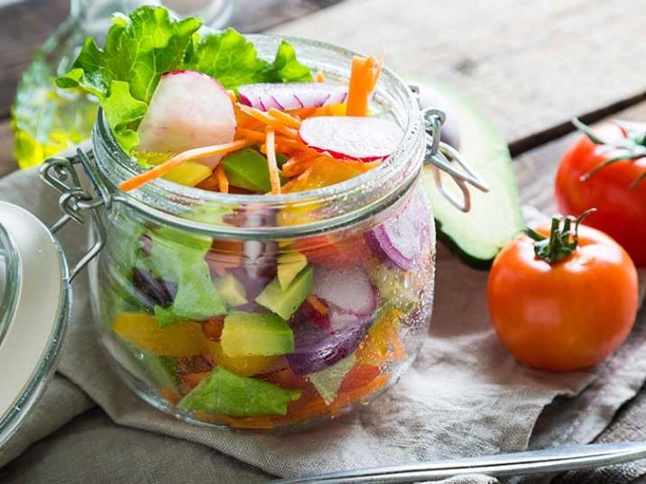 Meal Prep - Gemischter Salat mit Gemüse und Avocado