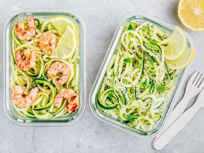 Meal Prep - Low Carb Znudeln aus Zucchini mit Garnelen und Parmesansauce
