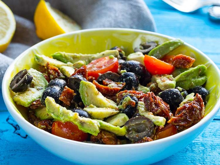 Mediterraner Salat mit Avocado und getrockneten Tomaten