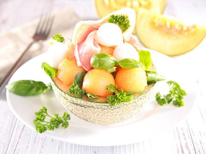 Melonensalat mit Schinken und Kräutern