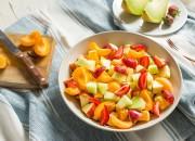 Obstsalat mit Aprikosen und Melone