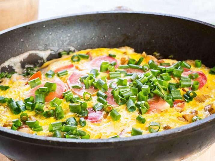 Omelett mit Tomaten und Frühlingszwiebeln
