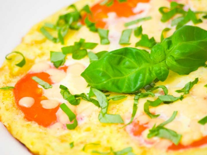 Omelette mit Tomaten, Käse und Basilikum