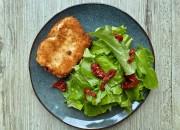 Panierter Halloumi Käse mit Salat und Tomaten