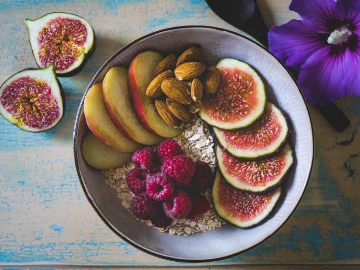 Protein Frühstück mit Soja Flakes, Mandeln und Feigen