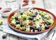 Quinoa-Avocado-Salat mit Blaubeeren und Pekannüssen