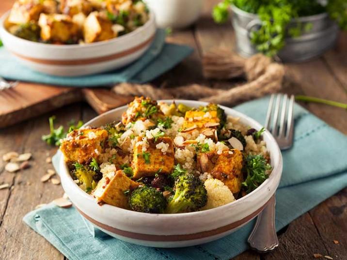 Quinoa Bowl mit Tofu und Gemüse