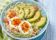 Quinoa mit Avocado, Mandeln und Ei