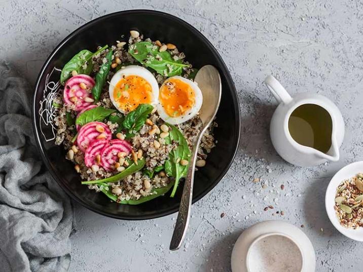 Quinoa Salat mit Spinat, Rote Bete und Ei